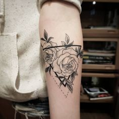 Tatuagem feita por Dani Cunha de São Paulo. Rosas delicadas emolduradas por um triângulo.