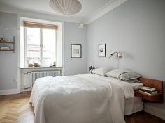 Gris perla en las paredes y madera en el suelo en 2020 Habitaciones grises Salones grises Pintura interior gris