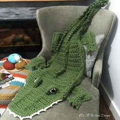 Bulky Alligator Crochet Blanket - such a cute spin on the mermaid blanket, perfect for little boys!