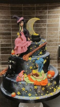 Three tier chocolate cake, covered in gauche and then fondant. Details are totally edible – the witches are a mix of petal paste and fondant. Halloween Cakes, Halloween Treats, Halloween Witches, Halloween Birthday, Family Halloween, Halloween Costumes, Crazy Cakes, Fondant Cakes, Cupcake Cakes
