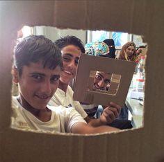 """""""Vedere l'ansia volare via dalla finestra e la confidenza crescere è una delle gioie immediate dei workshop di fotografia. Quando tutto va bene è difficile ricordare un tempo in cui non conoscevamo i nostri nomi e le nostre storie"""" Segui i progressi di questo gruppo di bambini nel campo rifugiati di Za'atari in Giordania mentre esplorano il loro mondo attraverso la fotografia e ti invitano a vedere ciò che vedono."""