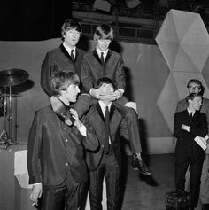 Oh so cute! Do y'all realise how many pictures there are of Paul just carrying Ringo?! XD