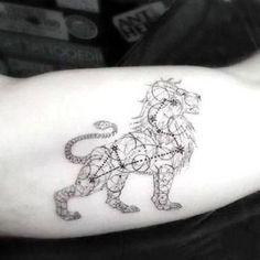 tatuajes de leones en el brazo geometrico