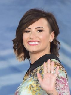 Demi Lovato shows off short bob on Good Morning America!