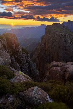 Sunrise at in the Central Drakensberg Sunrise and Devine Light Devine Light, Namibia, Le Cap, Cosmos, Les Continents, Kwazulu Natal, Out Of Africa, Belleza Natural, Africa Travel