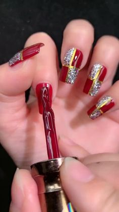 Red Sparkly Nails, Red And Gold Nails, Gold Glitter Nails, Hallographic Nails, Bad Nails, Nail Art Designs Videos, Nail Art Videos, Chistmas Nails, Holiday Nails