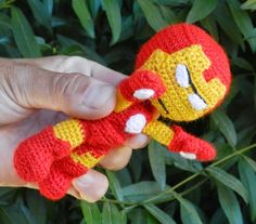 Muñeco Superhéroe Iron Man Amigurumi - Patrón Gratis en Español aquí: http://es.slideshare.net/daxarabalea/patron-iron-man-amigurumi  ( 6 páginas click en la  flecha para pasar páginas)