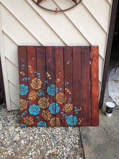 Wall art DIY pallet art.. It would be cool to turn this into a small table, just add some vintage looking table legs! :)