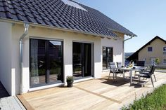 Perfect compact home with wooden deck. By: FingerHaus GmbH