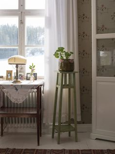 Scandinavian Farmhouse: old-fashioned wallpaper sandberg building care jär. Farmhouse Style Furniture, Farmhouse Table, Swedish Cottage, Georgian Interiors, Bedroom Decor, Living Room Decor, Home Design Diy, Room Of One's Own, Cheap Bed Sheets