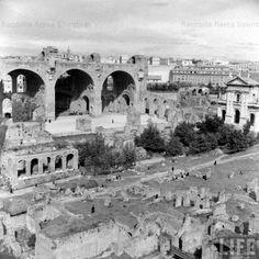 Basilica di Massenzio e sulla destra Basilica di Santa Francesca Romana Anno: 1940
