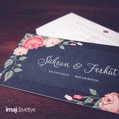 Einladungskarten zur Hochzeit, beidseitiger Druck, beidseitig matt. Mit roten sowie gelben Rosen und grünen Blättern als Malerei an den Ecken.  Karte ist als einfache Karte sowie als Klappkarte erhältlich.