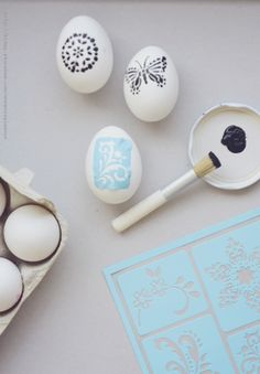 How to decorate eggs using adhesive stencils Glue Crafts, Diy And Crafts, Crafts For Kids, Easter Ideas, Easter Crafts, Diy Projects To Try, Craft Projects, Adhesive Stencils, Easter Season