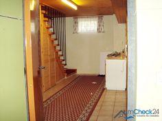 Die meisten Decken sind mit hellem Holz vertäfelt.
