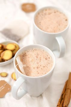 This ginger tea latte is perfect for Christmas and winter. It& also a healthy alternative to coffee and tastes so good! Yummy Drinks, Healthy Drinks, Healthy Eats, Nutrition Drinks, Healthy Recipes, Refreshing Drinks, Smoothie Drinks, Smoothies, Vegan Blogs