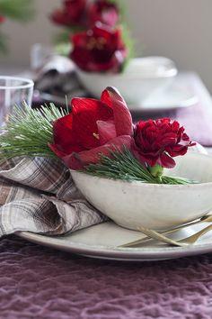 Et par enkle blomster og litt grønt sammen blir en enkel kuvertpynt.
