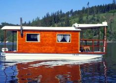 Sweet little house boat Bauhaus, Small Houseboats, Houseboat Living, Utility Boat, Shanty Boat, Living On A Boat, Tiny Living, Pontoon Boat, Pontoon Houseboat