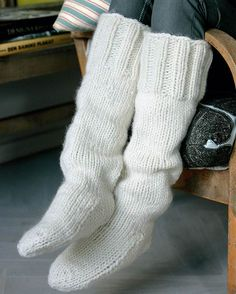 Ren uld på tykke pinde holder fødderne varme hele vinteren. Cable Knit Socks, Knitted Slippers, Wool Socks, Crochet Slippers, Knitting Socks, Hand Knitting, Knitted Hats, Knit Crochet, Kilt Socks
