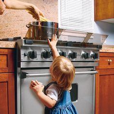 Необходимым ограничивающим средством в зоне плиты является защитный экран или барьер на распорках, который устанавливается вдоль внешнего края плиты и не дает ребенку прикоснуться к кастрюле (чайнику).