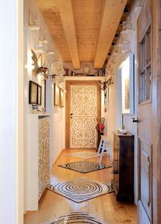 Il corridoio della casa  ha la stessa dimensione del corridoio di casa mia...mi piace il copri termosifone in bianco come la parete e che riprende il disegno della porta