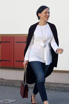 Lässig und schick: Weiße Bluse in Wickeloptik von COS mit Skinny Jeans