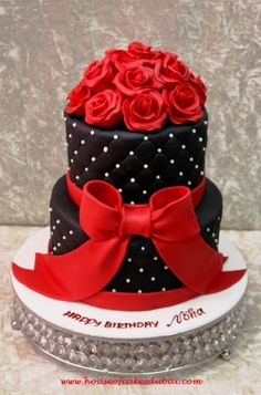 I love this cake! Black cake with red roses~ all edible Gorgeous Cakes, Pretty Cakes, Amazing Cakes, Unique Cakes, Creative Cakes, Fondant Cakes, Cupcake Cakes, Fondant Bow, Car Cakes