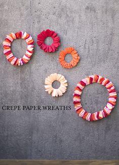 crepe paper wreaths / couronne papier crepon
