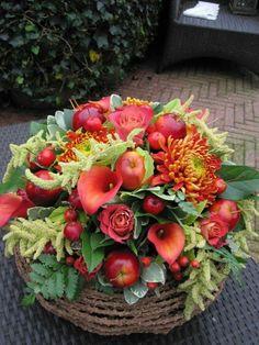 Xmas Flowers, Fruit Flowers, Flower Decorations, Christmas Decorations, Table Decorations, Deco Floral, Floral Design, Floral Centerpieces, Floral Arrangements