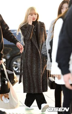 See Photos and Videos of BLACKPINK at Incheon Intl. Airport Heading to Jakarta, Indonesia for 2019 World Tour on January 2019 Fashion Idol, Blackpink Fashion, Minimal Fashion, Fashion 2020, Korean Fashion, Airport Fashion, Blackpink Outfits, Kpop Fashion Outfits, Jenny Kim