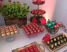 Mesa linda decorada por @vivianmurzoni flores @didigheler docinhos deliciosos @louziehdoces e nossos macarons!  #maymacarons #mesasdecoradas #macarons #macaronsdecorados #macaronsnatalinos
