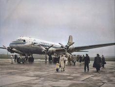 Embarque de passageiros no DC-4 Skymaster CS-TSA dos T.A.P., Portela, 1949-53 (Fototipia animada, Museu da T.A.P., FOTG0142 apud «Observador» em linha) Douglas Dc 4, Lisbon Airport, Cs, Airplane, Planes, Fighter Jets, Aircraft, Airports, Museum