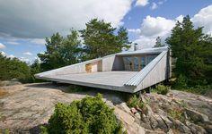 Avskalat av Huttunen Lipasti Pakkanen, foto av Marko Huttunen – http://www.tidningentra.se/notiser/ett-lekfullt-strandhus-i-finska-skargarden #arkitektur i #trä