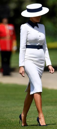 First Lady Melania Trump at Buckingham Palace Classy Outfits, Chic Outfits, Milania Trump Style, First Lady Of America, Melania Knauss Trump, Alaska Fashion, Chanel Style Jacket, Mature Women Fashion, Donald And Melania
