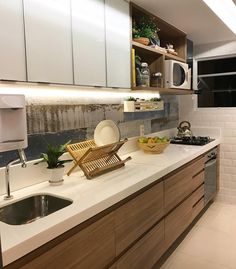 Uma cozinha com combo de materiais que amo {} Madeira vidro revestimento de demolição Mais um projeto da querida @larissacatossiarquitetura