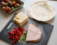 Tortilla syntyy siitä mitä kaapista löytyy - jopa pelkkä juusto riittää jos ei muuta ole. Plastic Cutting Board, Cheese, Snacks, Food, Appetizers, Essen, Meals, Yemek, Treats
