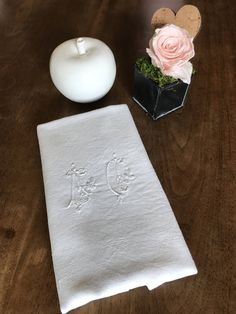 Grande serviette de table, brodée main, monogramme AC de la boutique AgnescreArt sur Etsy