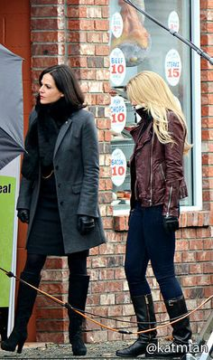 Lana & Jennifer on set - November 2014 Regina Mills, Robin And Regina, Snow And Charming, Ouat Cast, Queen Outfit, Swan Queen, Colin O'donoghue, Jennifer Morrison, Captain Swan
