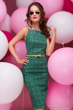 Зеленое платье длины миди на бретелях с принтом и оригинальной спинкой купить в интернет-магазине 1001DRESS