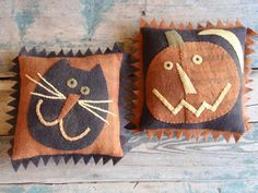"""""""Jack & Jinx"""" design by Maggie Bonanomi Wishing you a Happy Halloween filled with more treats than tricks! Halloween Quilts, Moldes Halloween, Fröhliches Halloween, Halloween Sewing, Adornos Halloween, Fall Sewing, Halloween Pillows, Vintage Halloween, Halloween Applique"""