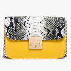 Sac façon python Le python est à la fête avec ce petit sac bandoulière. Sa chaîne dorée lui donne du chic. Ce sac possède une poche extérieure zippée. Son intérieur se compose de deux compartiments séparés d'une poche zippée. Dimensions : 22*16 cm. •#SHOESINMYLIFE On peut l'associer avec une tenue de soirée pour un look habillé.