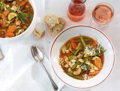 Eine Minestrone, wie wir sie lieben: mit kleinen Suppennudeln und buntem Gemüse im Topf!