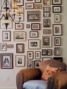 To Retouch, Reproduce & Frame Old Photos Safely old family photos wall.old family photos wall. Vintage Family Photos, Display Family Photos, Family Pictures, Wall Of Family Photos, Vintage Photo Frames, Collage Vintage, Home And Living, Home And Family, Living Room