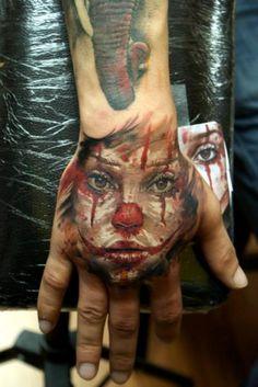 Fantasie Clown Hand Tattoo von Bloodlines Gallery