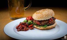 iam Bio, Florianigasse 17 1080 Wien  Peppadeu Burger (BIO Rind,getrocknete Tomaten ,Sweetpepper,Rucola, Ketchup) Ketchup, Rind, Hamburger, Ethnic Recipes, Dried Tomatoes, Burgers
