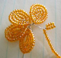 beaded flowers - translate but great pictures. Looks easy and pretty. Can't wait to try making these.