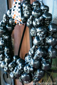 This Metallic Skulls Halloween Wreath is so cool! #halloweenwreath #halloweendecorations