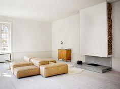 Minimalistische Wohnung mit Küchenblock aus Messing  von den Architekten Claesson Koivisto Rune  http://www.leuchtend-grau.de/2014/04/helles-apartment-mit-kuchenblock-aus.html