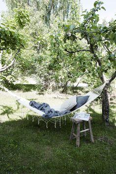 hängmatta i trädgården Outdoor Furniture, Outdoor Decor, Sun Lounger, Terrace, House Plans, Meditation, Exterior, Instagram Posts, Hammocks
