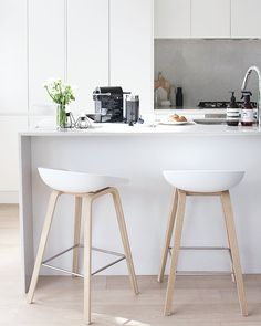Hay - Tabourets de bar 'About A Stool' et Nordic Kitchen, Minimal Kitchen, Home Decor Kitchen, Kitchen Interior, Interior Design Living Room, Farmhouse Dining Chairs, Leather Dining Room Chairs, Chaise Bar, Kitchen Stools
