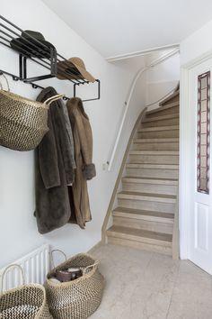 Deze traprenovatie is uitgevoerd met het decor Mountain Oak voor zowel de traptreden als de stootborden. Ook zijn de wangen wit gerenoveerd en is er een U-kap geplaatst in het decor Mountain oak voor een mooie afwerking.